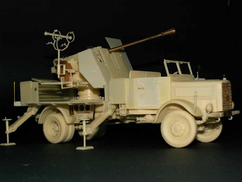 Mercedes 4.500 mit aufgebauter 5 cm Flak 41 und Entfernungsm...