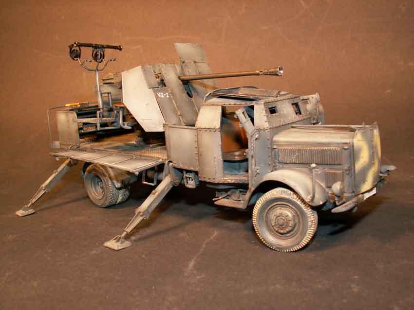 Mercedes 4.500 gepanzert mit aufgebauter 5 cm Flak 41 und En...